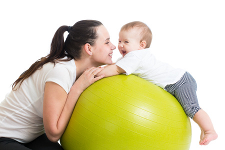 gymnastique: m�re et son b�b� en s'amusant avec un ballon de gymnastique Banque d'images