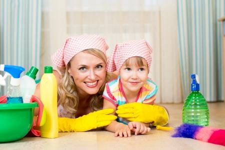 productos de limpieza: madre y su hijo listo para limpieza de las habitaciones Foto de archivo