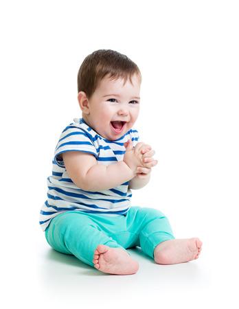 bebe gateando: retrato sonriente beb� aislado en blanco