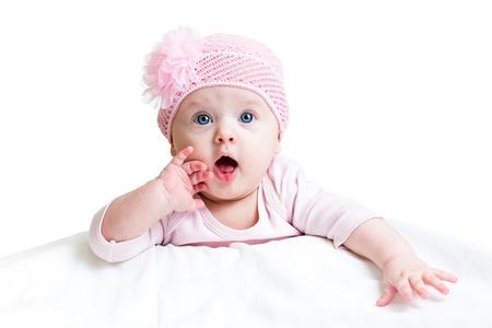bebé divertido que miente en blanco