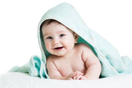 Bebé feliz adorable en toalla Foto de archivo