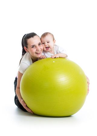 moeder en haar baby plezier met gymnastiek-bal