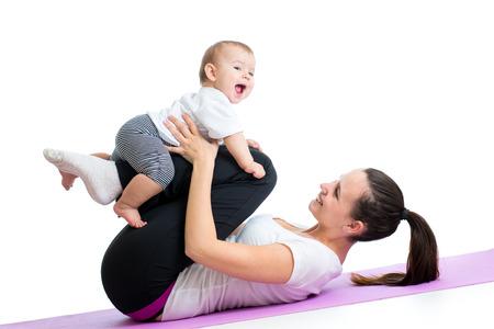 salud y deporte: madre con ni�o haga ejercicios de gimnasia y fitness