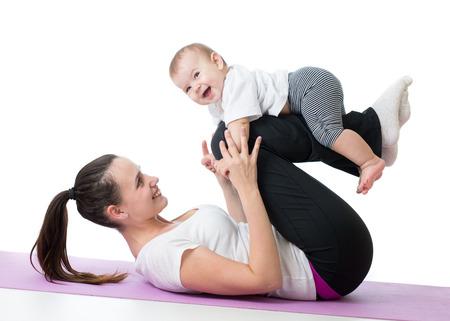 gimnasia aerobica: madre con el bebé haciendo gimnasia y ejercicios de fitness