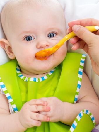 Alimentazione del bambino in su Archivio Fotografico - 26930807