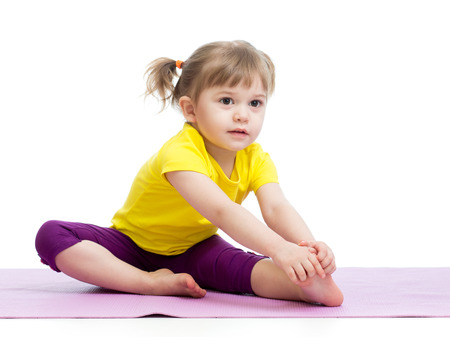 manos y pies: Kid chica haciendo ejercicios de fitness