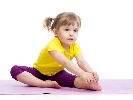 gimnasia: Kid chica haciendo ejercicios de fitness