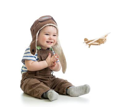 kind jongen spelen met houten vliegtuig Stockfoto