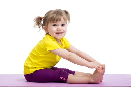 gimnasia: niño de la muchacha haciendo ejercicios de fitness