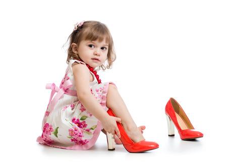 pied jeune fille: Petite fille essayant de maman