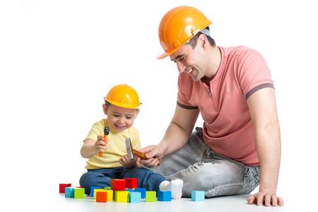 Kind und sein Vater spielen mit Bauklötzen Standard-Bild