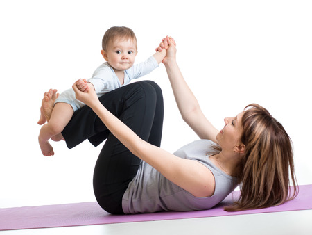 gymnastique: mère avec le bébé faisant de la gymnastique et des exercices de remise en forme