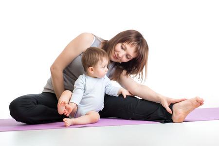 madre con el bebé haciendo gimnasia y ejercicios de fitness