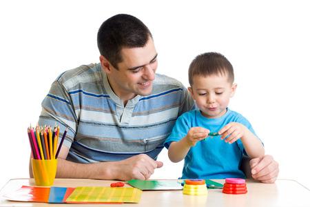 L'uomo e la sua argilla figlio giocare insieme