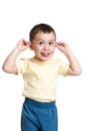 niños actuando: niño chico jugando al mono Foto de archivo