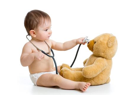ni�os enfermos: ni�o chico jugando al doctor con el juguete