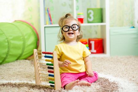 abaco: niño weared gafas jugando con el ábaco