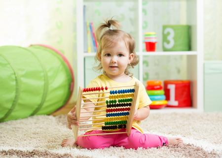 abacus: dzieciak bawi się z liczydła