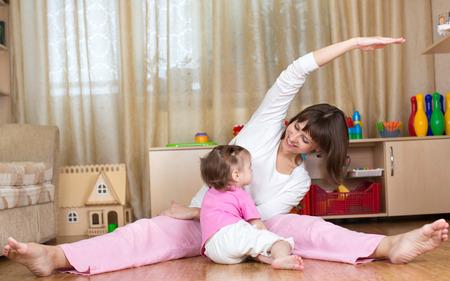 educacion fisica: madre y ni�o haciendo gimnasia en casa Foto de archivo