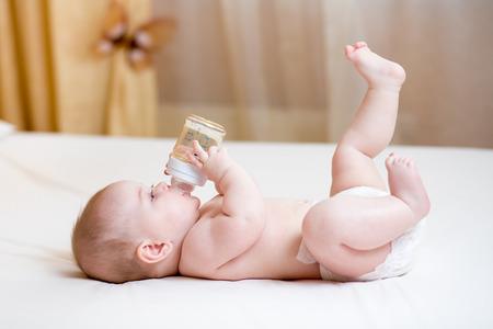 teteros: bebé de agua potable de la botella Foto de archivo