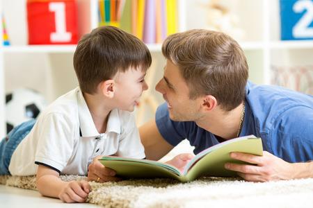 乳幼児: 父と息子の子供の読書家の床で、
