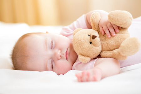 ojos cerrados: dormir bebé recién nacido Foto de archivo