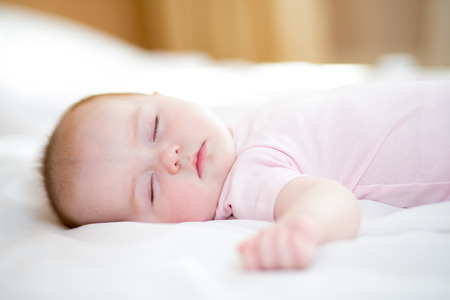 bebes ni�as: dormir beb� reci�n nacido Foto de archivo