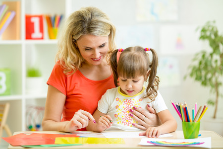 ni�os con l�pices: madre y su hijo de dibujo con l�pices juntos