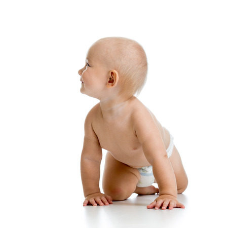 bebe gateando: divertido rastreo niño aislado en fondo blanco