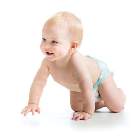 beyaz bir arka plan üzerinde izole sevimli, neşeli emekleme bebek çocuk