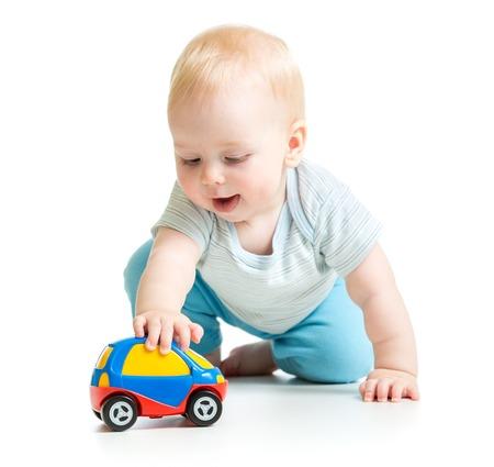 jugetes: beb� muchacho del ni�o que juega con el coche de juguete aislado