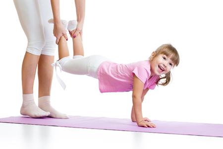 educacion fisica: chica chico haciendo gimnasia y se coloca en sus manos aisladas