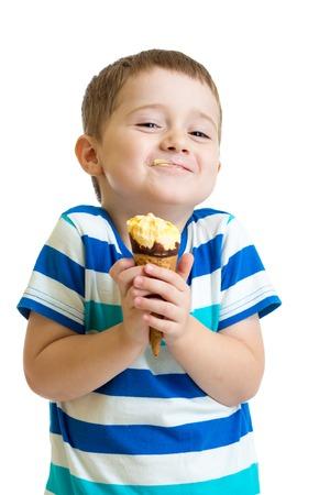 grappige jongen jongen eten van ijs geïsoleerd op wit Stockfoto