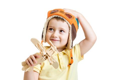 ni�os felices: feliz ni�o chico con sue�os de juguete avi�n para ser piloto