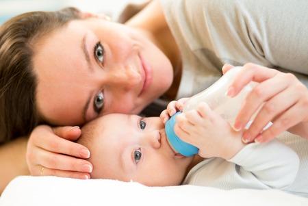 teteros: madre al bebé la alimentación en casa con una botella de leche