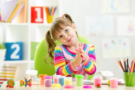 Kindmädchen Zeichnung und macht mit den Händen