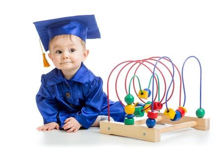 Prodigy: Dziecko zużyty akademickim ubrania samodzielnie na białym tle