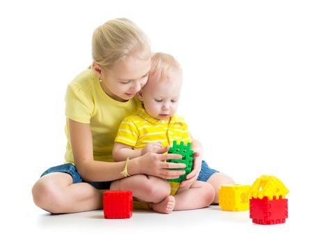 hermanos jugando: bebé niño jugando junto con su hermana mayor