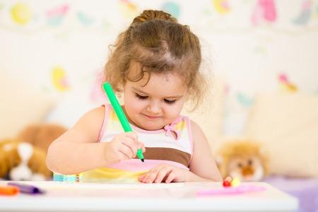 guardera: pintura de la muchacha del ni�o en la guarder�a en el hogar