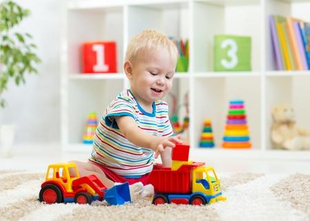 juguete: ni�o ni�o chico jugando juguetes en el hogar Foto de archivo