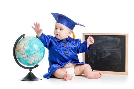 graduacion niños: bebé en académico arropa con el globo en la pizarra aislado