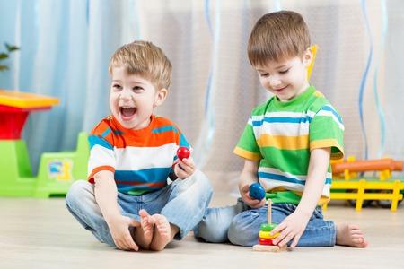 子供の教育おもちゃプレイルームの男の子