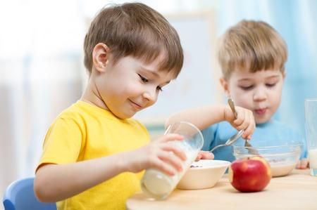 yaourts: enfants qui mangent des aliments sains à la maison ou à la maternelle