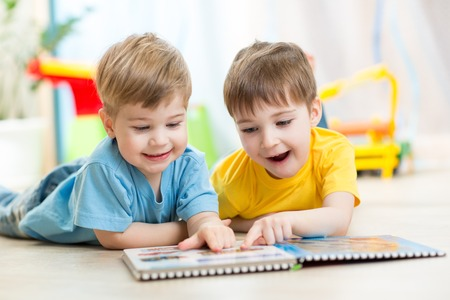 schoolchild: happy kids jongens broers lezen samen thuis