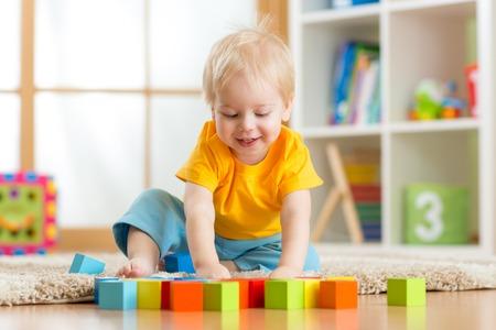 Garçon enfant qui joue jouets en bois à la maison ou à la maternelle Banque d'images - 35163183