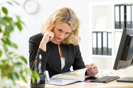 director de escuela: de negocios de mediana edad que trabaja en la oficina y los informes que examinan
