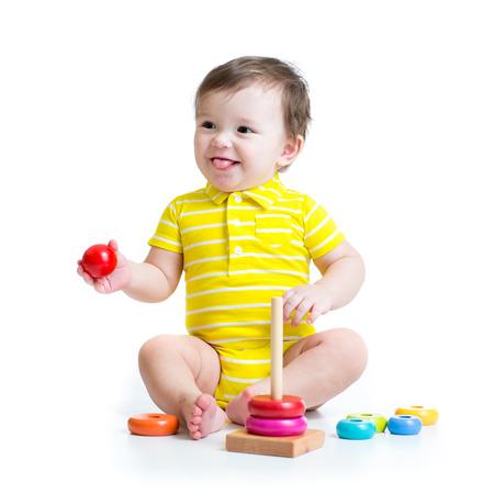 juguetes: ni�o jugando con pir�mide de juguete colorido aislada Foto de archivo