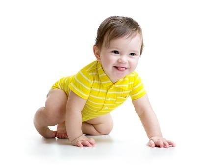 bebe gateando: divertido sonriente Bebé de arrastre aislado en blanco Foto de archivo