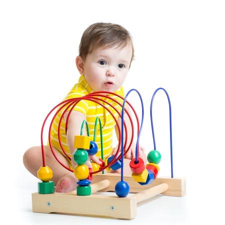 juguetes de madera: muchacho niño juega con el juguete educativo aislado en blanco Foto de archivo