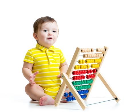 Prodigy: Chłopiec bawi się z Abakus zabawka wyizolowanych na białym tle